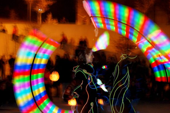 Spectacle lumineux LUCIOLE de Cirque Indigo avec jongleur lumineux led
