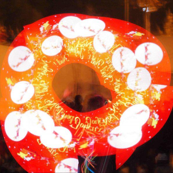 Spectacle jonglerie lumineuse de Cirque Indigo pour Noël en PACA 13