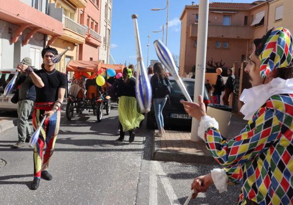 parade carnaval déambulation jongleur arlequin Cirque Indigo