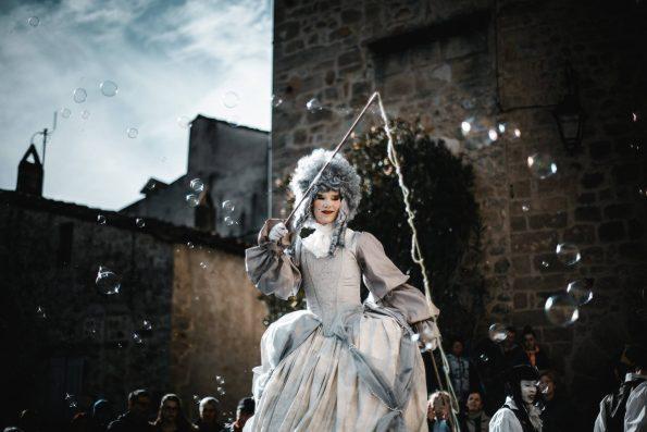 échassiers baroques de la compagnie de Cirque Indigo pour animation de rue médiéval en Var, Vaucluse, Gap et Sisteron