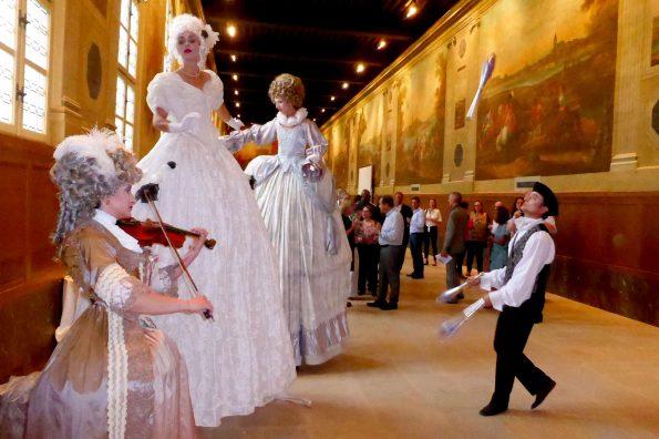 Spectacle de rue échassiers baroques en chant lyrique et violon cirque indigo