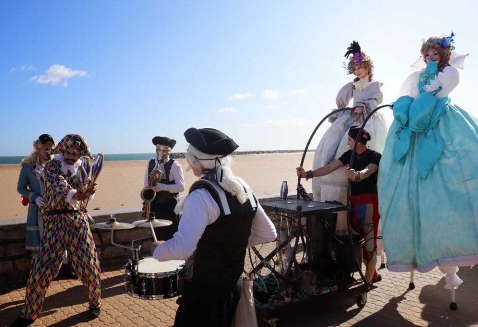 parade carnaval musical Venise avec arlequin jongleur et échassiers baroques Cirque Indigo