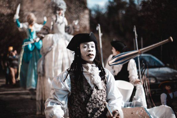La troupe de cirque Indigo pour les parades et animation de rue de carnaval et médiévales avec les artistes de rue baroques