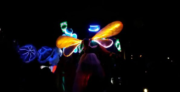échassiers lumineux martigues 13 parade lumineuse