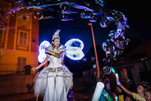 parade échassiers lumineux avec bulles de savon Cirque Indigo PACA