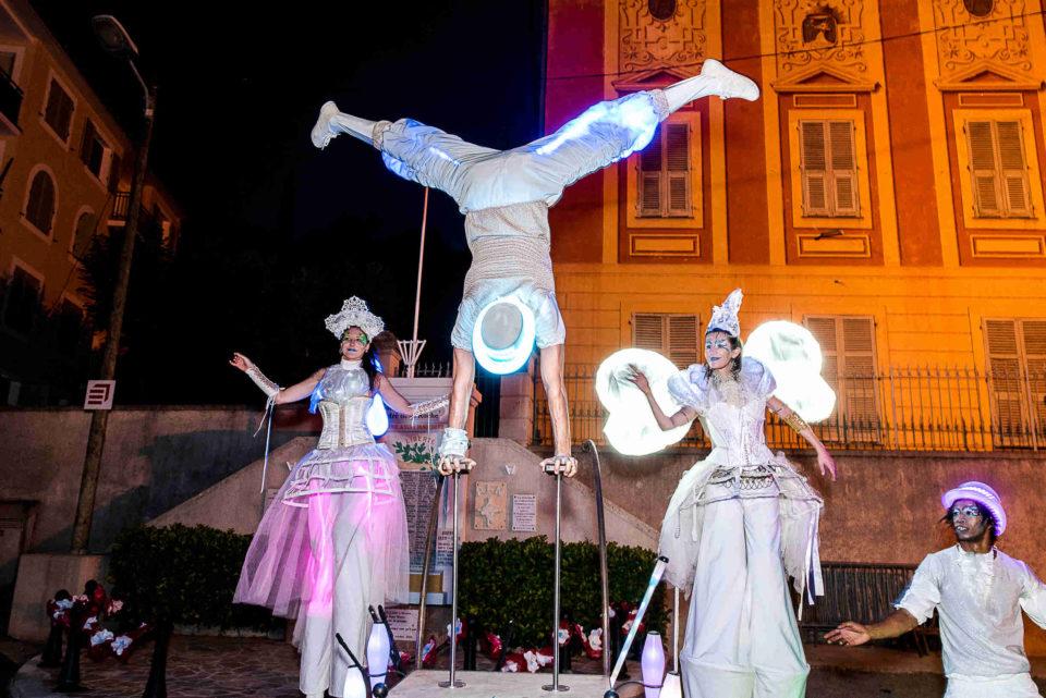échassiers blanc lumineux spectacle de rue acrobatie cirque indigo