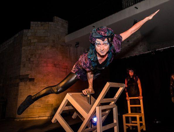 Spectacle lumineux EPHEMERE de Cirque Indigo avec équilibre sur chaises et acrobatie