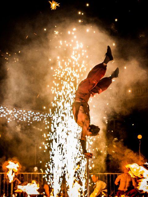 Spectacle de feu et pyrotechnie avec numéros de cirque et acrobatie Cirque Indigo PACA