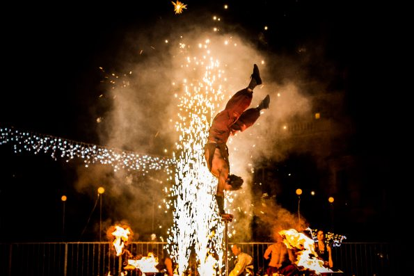 acrobatie et spectacle de feu avec artifices PACA cirque Indigo