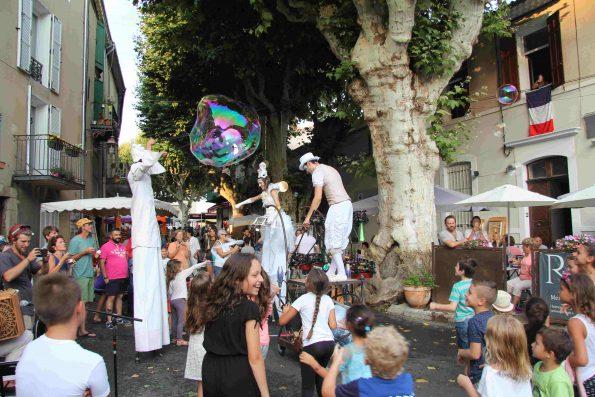 Spectacle de rue avec bulles de savon geantes de la compagnie cirque indigo