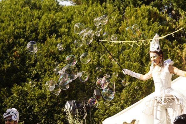 spectacle de rue parade échassiers bulles de savon géantes