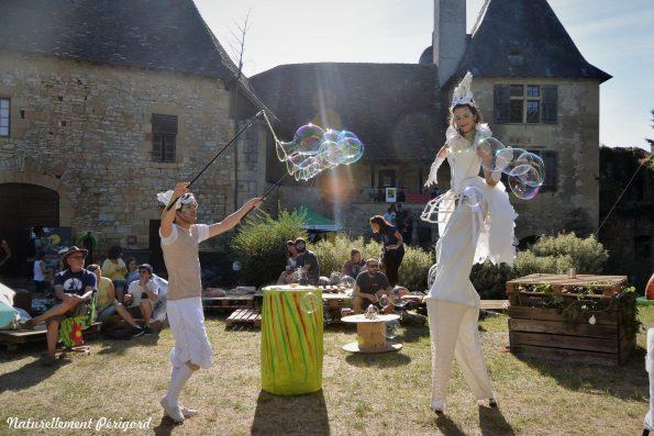 animation et spectacle de rue bulles de savon cirque indigo