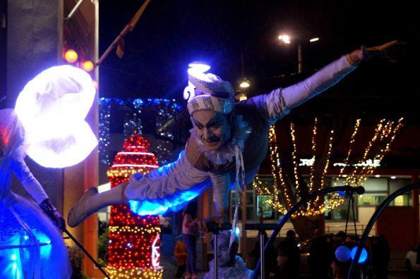 acrobate lumineux et echassier blanc lumineux pour animation de rue cirque indigo