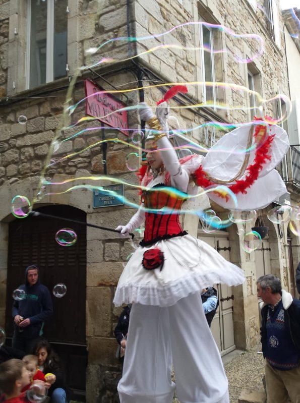 Spectacle de rue des échassiers avec bulles de savon au Carnaval de Joyeuse en Ardèche 07