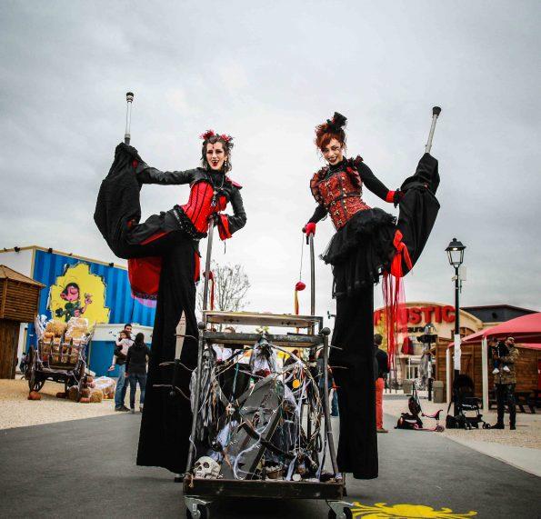 Spectacle et animation de rue Halloween échassier vampire