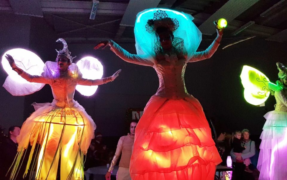 Parade lumineuse de LUNE avec les échassiers lumineux de Cirque Indigo