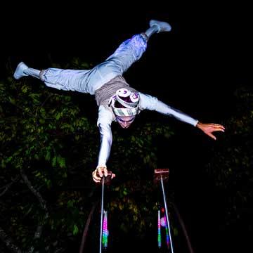 Spectacle-de-rue-acrobate-blanc-lumineux-cirque-indigo