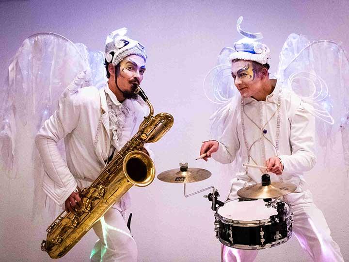 deambulation-animation-de-rue-musicale-jazz-blanc-lumineux