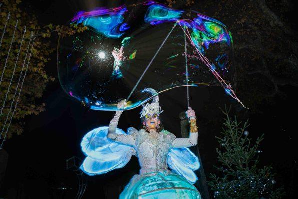 déambulation lumineuse avec échassiers lumineux et bulles de savon géantes