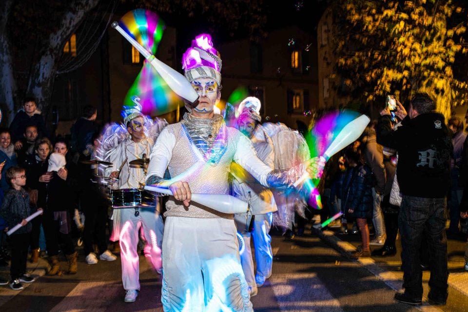 jonglerie lumineuse avec jongleur lumineux, musicien et échassiers Cirque Indigo PACA 13