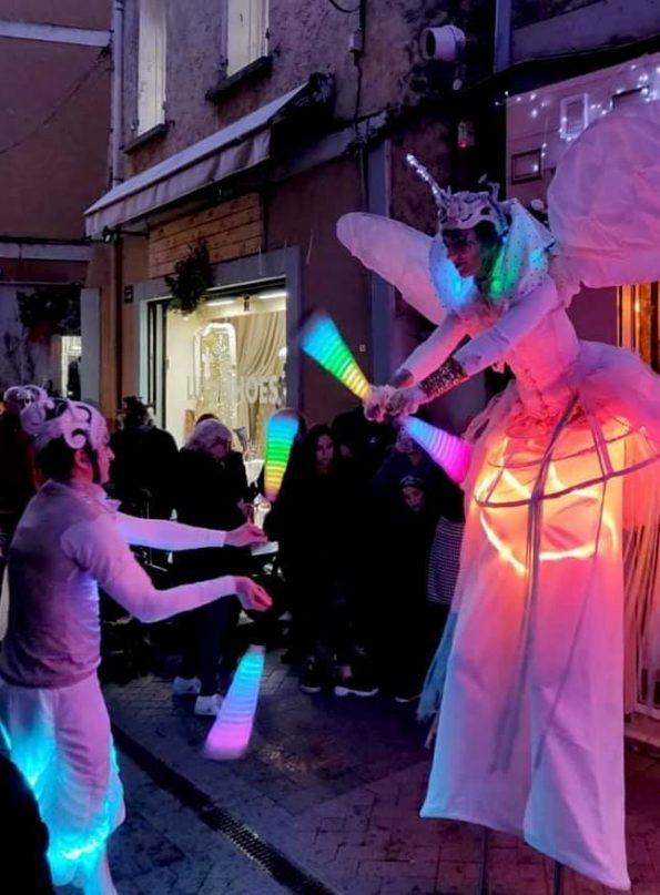 Parade lumineuse Noël avec jonglerie lumineuse cirque indigo PACA