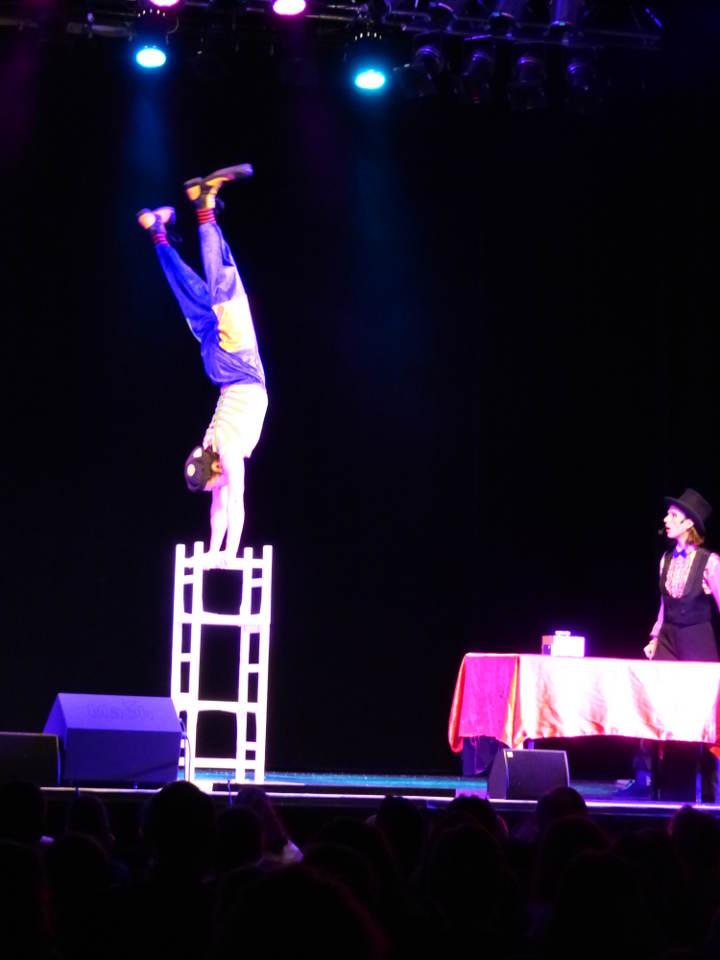 Spectacle de cirque pour enfants qrbre de noel aix en Provence PACA