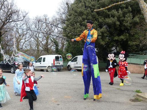 accueil en echasses clown pour enfants et arbre de Noël en PACA