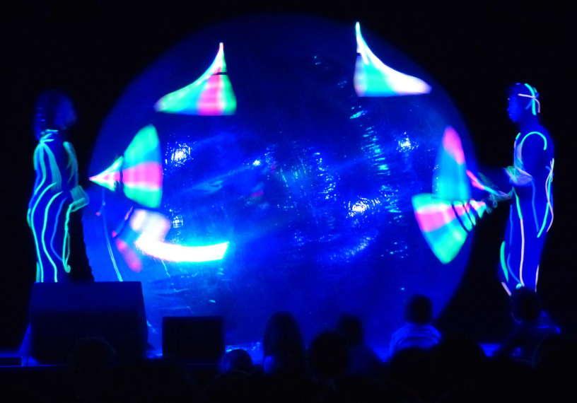 Grand spectacle de cirque lumineux de Noël pour enfants, arbre de Noël en Provence, PACA 13