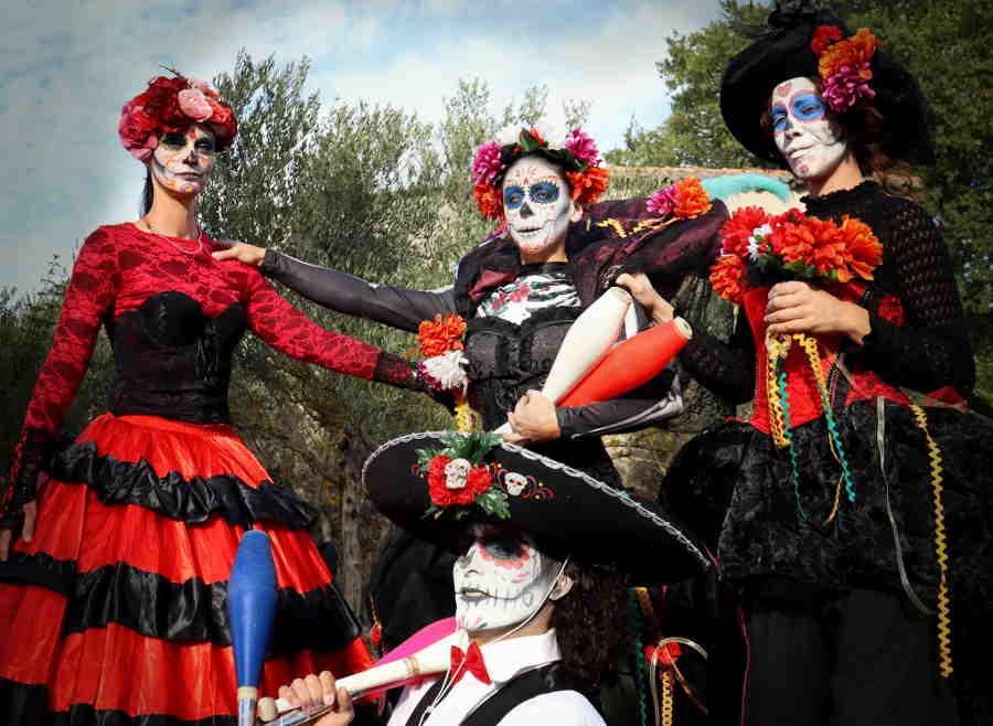 parade échassier mort vivant mexicain cirque indigo
