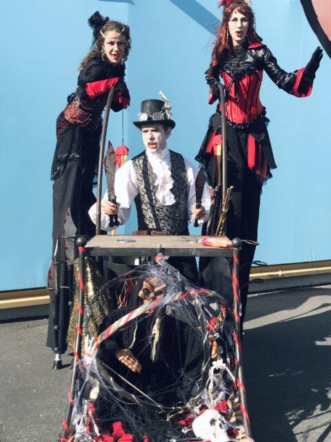 Parade des vampires géants Halloween cirque indigo Provence