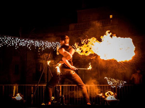 Spectacle cracheur de feu cirque indigo
