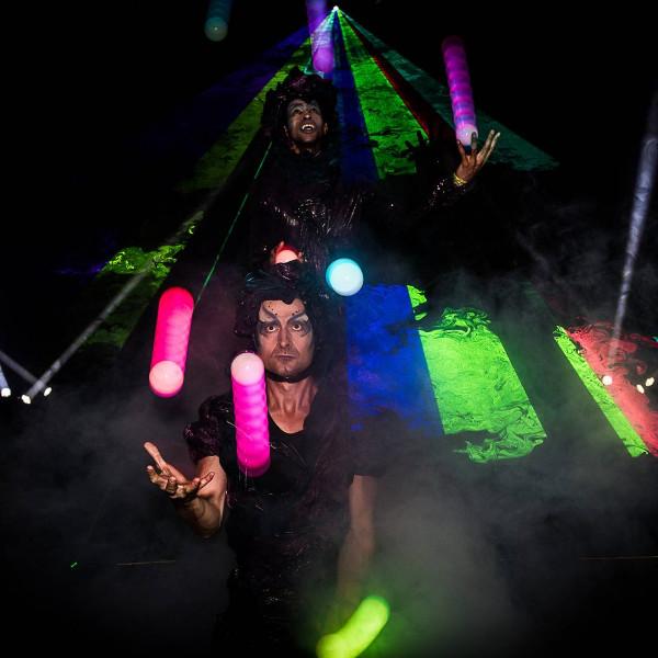 Spectacle de jonglerie lumineuse de cirque indigo en Provence