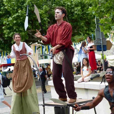 animation de rue médiévale cirque indigo Provence
