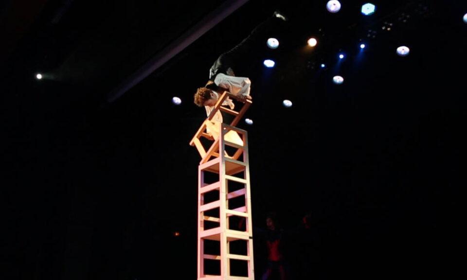Spectacle halloween numero equilibre sur chaises cirque indigo