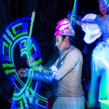 deambulation-echassier-et-jongleur-lumineux-parade-de-lune-cirque-indigo