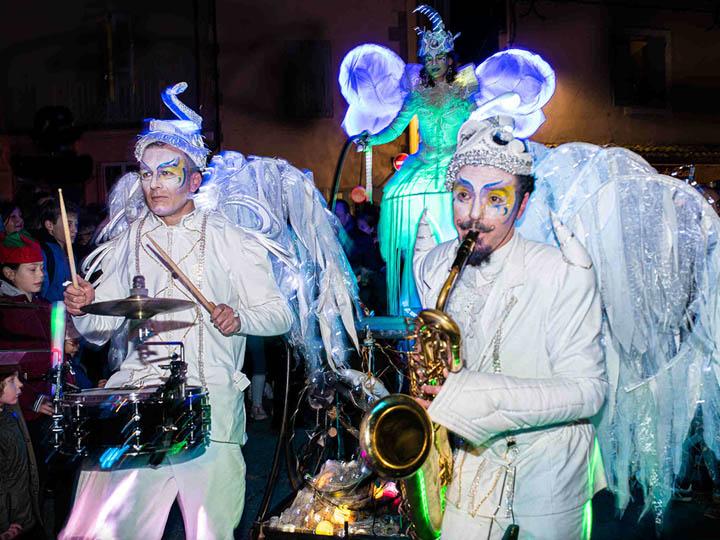 Parade des échassiers lumineux avec musiciens jazz cirque indigo 13 Provence