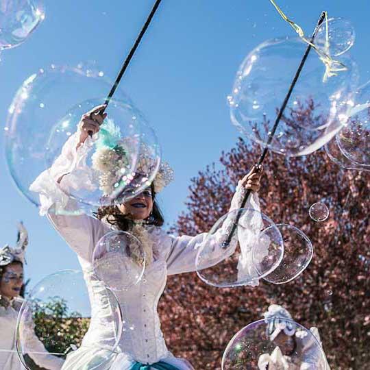 Troupe carnaval des 4 éléments echassier bulles de savon