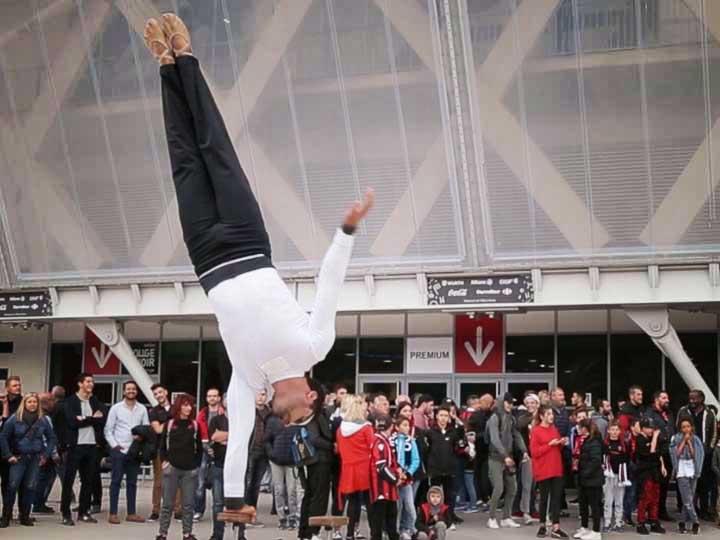 Equilibriste-sur-cannes-cirque-Indigo-3
