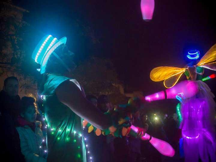 animation-de-rue-lumineuse-carnaval-luciole-Cirque-Indigo