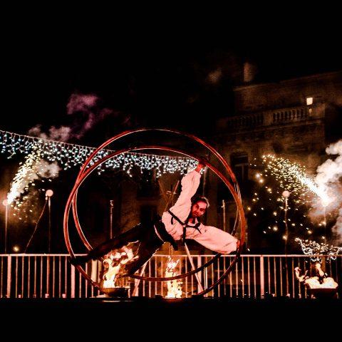 numéro d'acrobatie en roue allemande pour le spectacle de pyrotechnie de Cirque Indigo